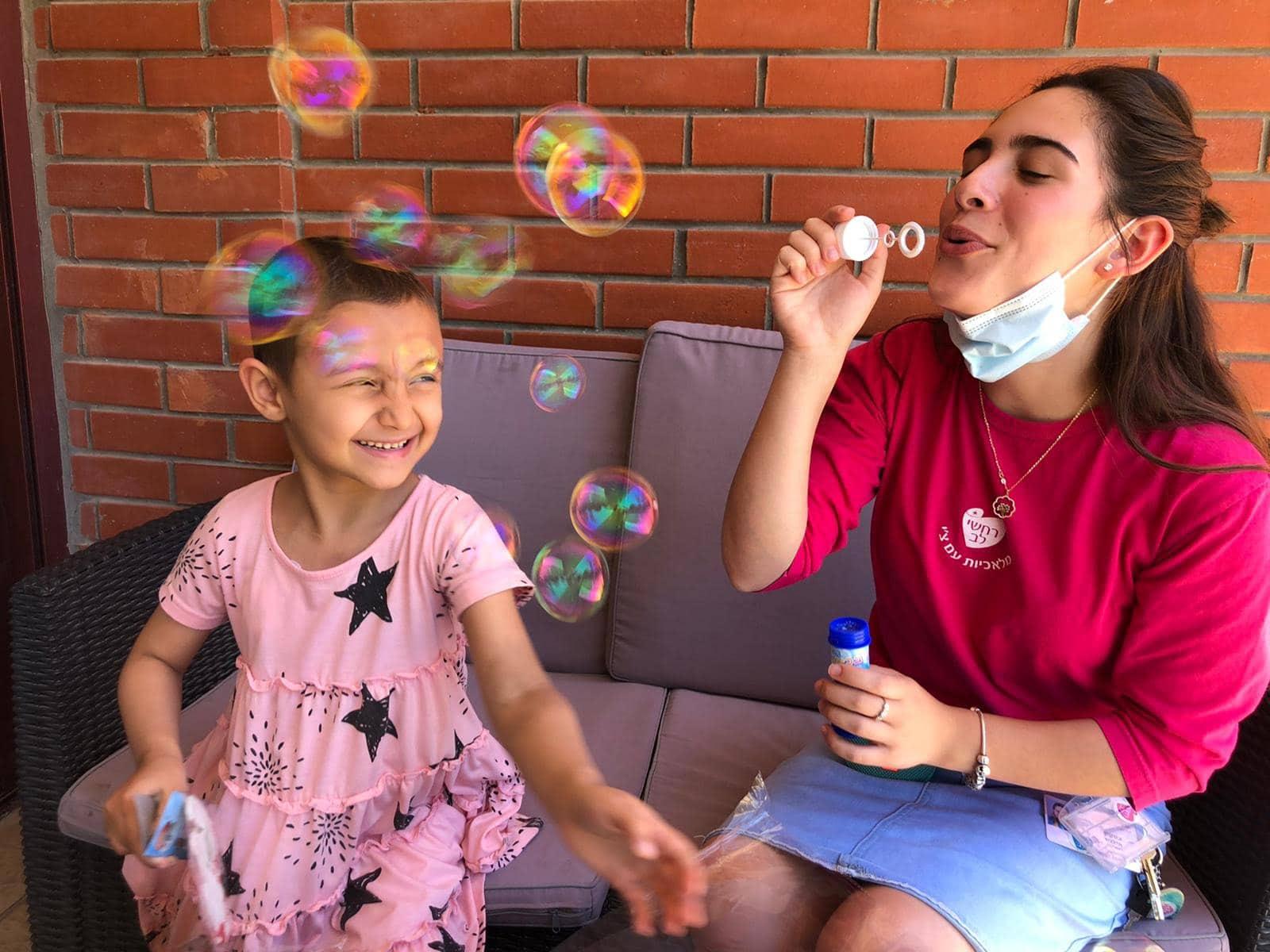 עמותת רחשי לב, הפועלת למענם של ילדים חולי סרטן, מזמינה אתכם לאמץ פרויקט. תרמו גם אתם לטובת פעילות בנות השירות הלאומי עם הילדים.